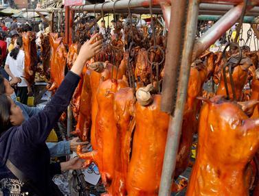 Sambut Tahun Baru Imlek, Warga Kamboja Berburu Babi Panggang