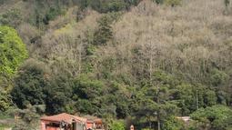 Kondisi gedung bersejarah yang rusak akibat kecelakaan kapal tanker di pantai Bosphorus, Istanbul, Turki (7/4). Sebuah kapal kargo yang melintasi Selat Bosphorus menabrak gedung bersejarah ini karena kesalahan teknis. (AFP Photo/Gurcan Ozturk)