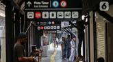 Pekerja menyelesaikan pembuatan ruko untuk UMKM di stasiun Gondangdia, Jakarta, Sabtu (16/10/2021). Penataan stasiun ini merupakan kerja sama antara Pemprov DKI Jakarta dan PT KCI guna menghadirkan sarana transportasi yang terintegrasi. (Liputan6.com/Johan Tallo)