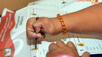 Seorang peserta tampak melakukan simulasi pencoblosan pada contoh surat suara di Panti Sosial Bina Daksa Budi Bhakti, Jakarta, Senin (7/4/2014) (Liputan6.com/Faisal R Syam).