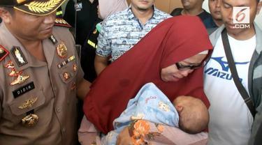 Bayi korban penculikan di Depok akhirnya ditemukan, orangtua tak bisa membendung ceria dengan menangis haru.