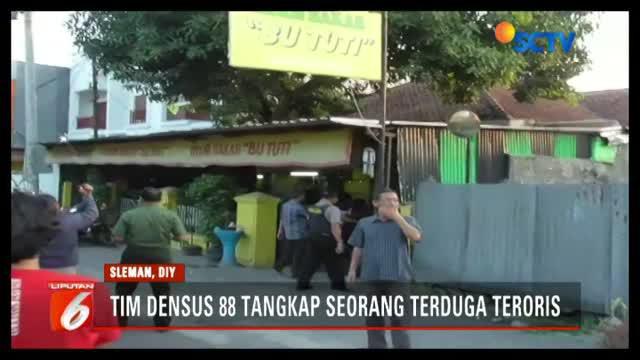 Densus 88 Antiteror tangkap terduga teroris di warung makan tempat pelaku bekerja di Condong Catur, Sleman, Daerah Istimewa Yogyakarta.