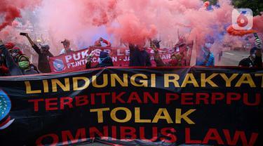 Massa buruh dengan berbagai atribut melakukan unjuk rasa menolak UU Omnibus Law Cipta Kerja di area Patung Kuda, Jakarta, Rabu (28/10/2020). Bertepatan dengan Hari Sumpah Pemuda, mereka menuntut Presiden Joko Widodo menerbitkan Perppu guna membatalkan UU Cipta Kerja. (Liputan6.com/Faizal Fanani)