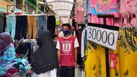 Para warga Palembang memadati Pasar Tradisional 16 Ilir Palembang Sumsel di tengah penerapan Pembatasan Sosial Berskala Besar (PSBB) (Liputan6.com / Nefri Inge)