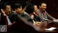 Gubernur DKI Jakarta, Basuki T Purnama berbincang dengan bakal calon kepala daerah Aceh Barat, Fuad Hadi saat sidang lanjutan Uji Materi Pasal 70 ayat 3 UU Pilkada mengenai cuti selama kampanye di MK, Jakarta, Senin (5/9). (Liputan6.com/Johan Tallo)