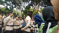 Polisi pun menempatkan para polwa di garis depan saat demo mahasiswa (Liputan6/Ady Anugrahadi)