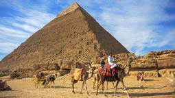 Pemandangan piramida Khafre yang berada di dataran tinggi Giza di pinggiran barat daya ibukota Kairo, Mesir (6/12). Kompleks piramida Giza adalah kompleks piramida yang berdiri di Giza, di luar Kairo. (AFP Photo/Mohamed El-Shahed)