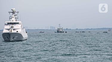 Sejumlah pasukan gabungan menyisir lokasi hilangnya pesawat Sriwijaya Air SJ182 di perairan Kepulauan Seribu, Jakarta, Senin (11/1/2021). Dihari ketiga, pasukan tim gabungan difokuskan pada pencarian di bawah permukaan laut. (Liputan6.com/Faizal Fanani)