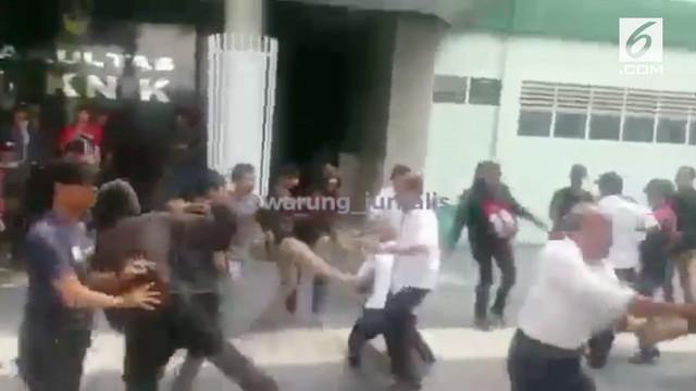 Tak setuju penetapan dekan baru, mahasiswa UMI Makassar menggelar protes yang berbuntut kerusuhan.