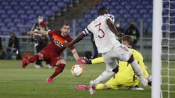 Sepanjang laga sang kiper mematahkan banyak peluang emas dari AS Roma. Jika De Gea tidak tampil sigap, Giallorossi berpotensi membalikkan keadaan di laga itu.(Foto: AP/Alessandra Tarantino)
