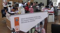 Aktivitas petugas di Mal Pelayanan Publik, Jakarta, Jumat (6/3/2020). Mal Pelayanan Publik Provinsi DKI Jakarta  meningkatkan tindakan pencegahan penyebaran virus corona dan memastikan seluruh tempat pelayanan publik yang bersih dan aman. (Liputan6.com/Angga Yuniar)