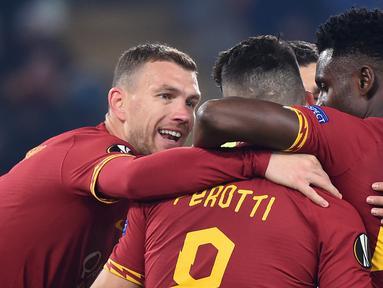 Para pemain AS Roma merayakan gol yang dicetak Edin Dzeko ke gawang Wolfsberg pada laga Liga Europa di Stadion Olimpico, Roma, Rabu (12/12). Kedua klub bermain imbang 2-2. (AFP/Filippo Monteforte)