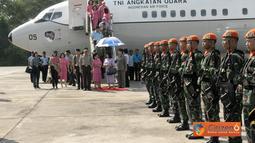 Citizen6, Pekanbaru: Rombongan Panglima  TNI dan Kapolri disambut dengan tarian adat Pekan Baru serta pengalungan bunga. (Pengirim: Badarudin Bakri)