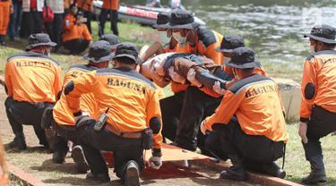 Tim Basarnas dan Badan Penanggulangan Bencana (Baguna) PDI Perjuangan melakukan simulasi gabungan penanganan bencana banjir di Bumi Perkemahan Cibubur, Jakarta, Kamis (23/11). (Liputan6.com/Herman Zakharia)