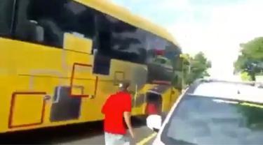 Sebuah bus di Lombok yang diduga mengalami rem blong, perlahan mundur menuruni tanjakan. Beruntung warga dapat menghentikan bus sebelum jatuh ke kali.
