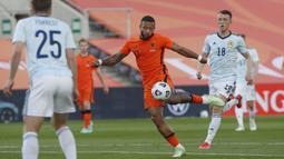 Kesalahan Bek Skotlandia ketika membuang bola, dimanfaatkan oleh Memphis Depay dengan tendangan voli kerasnya ke sudut bawah gawang dan gol. Belanda berhasil menyamakan kedudukan (1-1) menit ke-17. (Foto: AP/Miguel Morenatti)