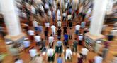 Umat muslim melaksanakan sholat Jumat pada minggu pertama bulan Ramadhan di Masjid Kubah Emas, Depok, Jawa Barat, Jumat (16/4/2021). Pelaksanaan sholat Jumat masih dilakukan secara terbatas dengan menerapkan protokol kesehatan untuk mencegah penyebaran COVID-19. (merdeka.com/Arie Basuki)