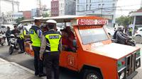 Kendaraan bermotor yang dimodifikasi menjadi odong-odong ditilang pihak Kepolisian Ditlantas Polda Metro Jaya saat melintasi Kampung Melayu. (Ist)