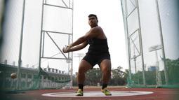 Atlet lontar martil, Rafika Putra, melakukan latihan jelang SEA Games 2019 di Stadion Madya, Jakarta, Rabu (9/9). Pria berusia 20 tahun ini menargetkan medali emas pada debutnya di SEA Games. (Bola.com/M Iqbal Ichsan)