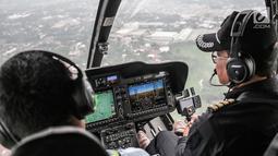 Pilot saat menerbangkan Helikopter jenis Bell 505 di Bandara khusus Wiladatika, Cibubur, Jakarta, Senin (3/6). Heli City melayani 30 penerbangan mudik ke berbagai daerah di Jawa Barat dengan durasi penerbangan 40 menit. (Liputan6.com/Faizal Fanani)
