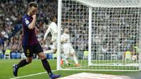 Gelandang Barcelona, Ivan Rakitic, melakukan selebrasi usai membobol gawang Real Madrid pada laga La Liga di Stadion Santiago Bernabeu, Sabtu (2/3). Real Madrid takluk 0-1 dari Barcelona. (AP/Manu Fernandez)