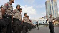 Petugas Kepolisian Polda DKI Jakarta mengikuti apel persiapan pengamanan Hari Buruh Internasional 1 Mei 2010 (Mayday) di Jakarta. (Antara)