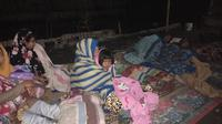 Warga korban gempa Lombok berjaga-jaga di malam hari, khawatir gempa susulan besar terjadi. (Liputan6.com/Sunariyah)