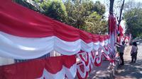 Pedagang di Makassar mulai menjual bendera dan umbul-umbul untuk peringatan HUT ke-70 RI (Liputan6.com/ Eka Hakim)