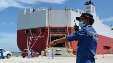 Pelabuhan Patimban resmi beroperasi dan langsung melayani kegiatan ekspor perdana produk otomotif sebanyak 140 unit kendaraan, Minggu (20/12/2020). (Foto: Kemenhub)