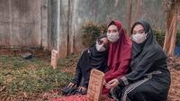 Momen Haru Ria Ricis Datang ke Makam Ayahnya, Berusaha Tampil Tegar. (Sumber: Instagram/riaricis1795)