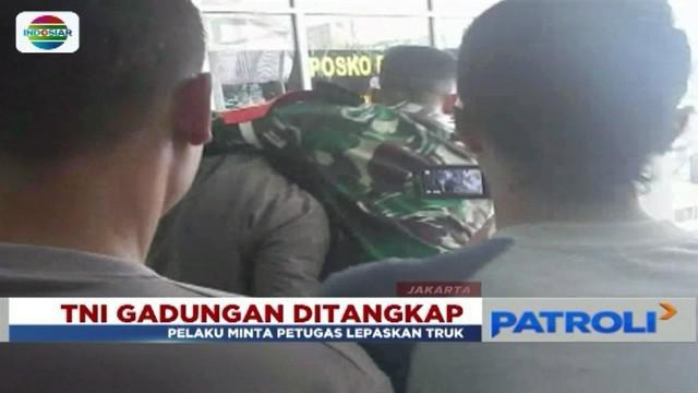 Berpura-pura jadi TNI untuk mengeluarkan truk yang ditahan petugas Terminal Rawa Buaya, seorang pria diamankan petugas Sudin Perhubungan Jakarta Barat.