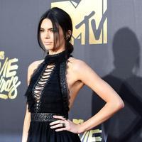 Paras cantik Kendall Jenner memang tak diragukan lagi. Seperti apapun penampilannya, ia selalu berhasil menarik perhatian publik. Terlebih kalau Kendall berada di red carpet, seksi dan glamor menjadi dua kata yang cocok untuknya. (AFP/Emma McIntyre)