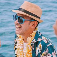 Memiliki rutinitas yang padat membuat banyak orang butuh melakukan hal yang menyenangkan. Ruben Oncu punya cara unik dalam mengatasi rasa bosennya ditengah macet. (Instagram/ruben_onsu)