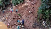Petugas mengevakuasi puluhan makam di TPU Cikutra yang terkikis longsor, Jumat  (1/5/2020) malam. (Humas Kota Bandung)