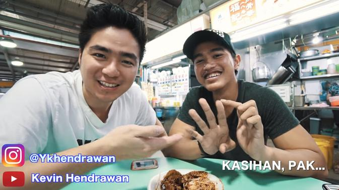 Dalam vlog Kevin Hendrawan, Kaesang mengaku bapaknya sering lupa mengiriminya uang saku untuk hidup di Singapura.