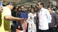 Presiden Joko Widodo berbelanja usai meresmikan Pasar Ikan Modern Muara Baru di Jakarta, Rabu (13/3). PIM Muara Baru yang menelan anggaran Rp150,68 miliar mengusung konsep pasar ikan yang higienis dan modern. (Liputan6.com/Angga Yuniar)