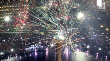 FOTO: Sambut Tahun Baru, Bundaran HI Jakarta Dihujani Kembang Api