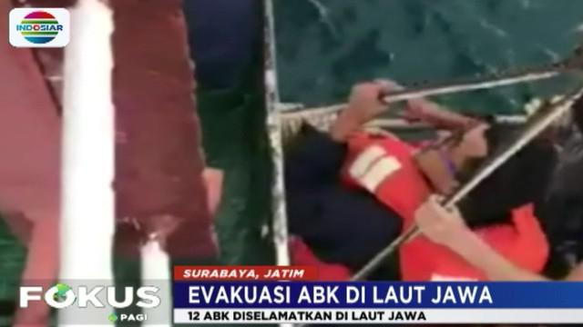Kapal Motor Pinang Jaya yang membawa lebih 1,000 ton semen terbalik dihantam ombak besar akibat cuaca buruk.