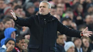 Manajer Manchester United, Jose Mourinho memberi isyarat kepada timnya saat melawan Manchester United pada lanjutan pekan ke-17 Premier League di Stadion Anfield, Minggu (16/12). MU tumbang di markas Liverpool dengan skor 1-3. (Paul ELLIS / AFP)