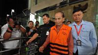 Gubernur Riau nonaktif Annas Maamun berjalan keluar gedung KPK usai menjalani pemeriksaan, Jakarta, Kamis (22/11/2014). (Liputan6.com/Miftahul Hayat)