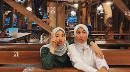Saat bersama rekan artis, Soraya Larasati, perempuan kelahiran 23 November 1993 ini terlihat tampil stylish dengan kemeja hijau motif kotak-kotak. Pada saat iu, ia mengunjungi Bakmi Jowo Mbah Gito di Yogyakarta. (Liputan6.com/IG/@natasharizkynew)