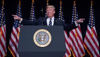 Gaya Presiden AS Donald Trump saat memberikan pidato dalam acara National Prayer Breakfast di sebuah hotel di Washington DC (8/2). Acara tahunan ini dihadiri para pemimpin agama, politisi dan pejabat tinggi pemerintah. (AFP Photo/Mandel Ngan)