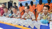 Direktur Polisi Air Polda Riau memperlihatkan barang bukti penyelundupan baby lobster dan lima tersangka. (Liputan6.com/M Syukur)