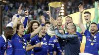Pelatih Chelsea, Maurizio Sarri, mengangkat trofi juara Liga Eropa usai mengalahkan Arsenal pada laga final Liga Eropa di Baku Olympic Stadium, Kamis (30/5) dini hari WIB. Chelsea menang 4-1 atas Arsenal. (AP Photo/Luca Bruno)