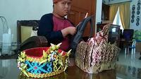 Adit penyandang down syndrome yang gemar mengenakan ikat kepala Depok (6/12/2019).