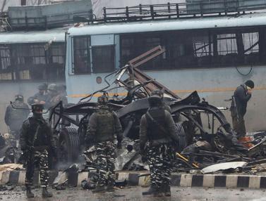 Bom Mobil Tewaskan Belasan Tentara di Kashmir