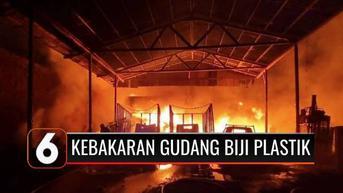 VIDEO: Sebuah Gudang Biji Plastik di Tangerang Ludes Terbakar, Api Sulit Dipadamkan