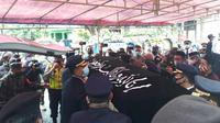 Suasana haru menyambut kedatangan jenazah pilot Sriwijaya Air SJ 182, kapten Afwan di Cibinong, Bogor. (Liputan6.com/Achmad Sudarno)