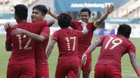 Pemain Indonesia merayakan gol yang dicetak oleh Firza Andika ke gawang Yordania pada laga persahabatan di Stadion Wibawa Mukti, Jawa Barat,  Sabtu (13/10/2018). (Bola.com/M Iqbal Ichsan)