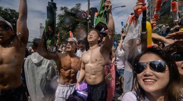 Para peserta bersuka ria selama Festival pistol air Sinchon di area Sinchon, Seoul, Minggu (7/7/2019). Pada festival yang digelar sejak 2013 di ibu kota Korea Selatan ini, ribuan orang memenuhi arena untuk berperang menggunakan pisol air. (Photo by Ed JONES / AFP)